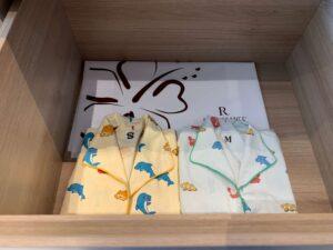 ルネッサンス・オキナワ・リゾートのデラックスルームの子供のパジャマ